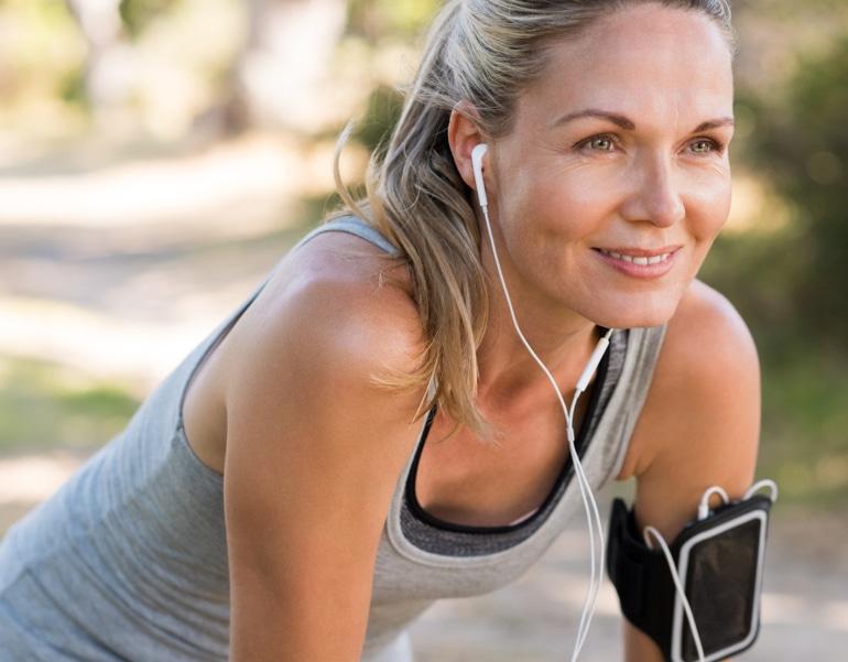 Žena se připravuje na cvičení pro prevenci žilní nedostatečnosti.