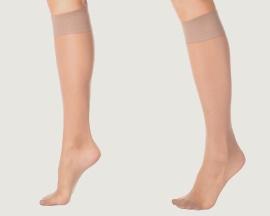 Ženské nohy s podpůrnými kompresními punčochami s preventivním účinkem proti žilní nedostatečnosti