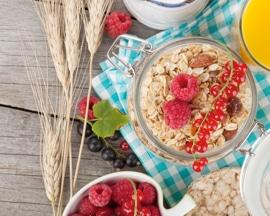 Zdravá a vyvážená snídaně složená z potravin s vysokým obsahem vlákniny pomáhá předcházet zácpě a předchází vzniku křečových žil.