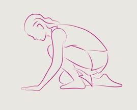 Žena se ve shrbené pozici opírá o ruce a kolena a provádí protažení lýtek vkleče.