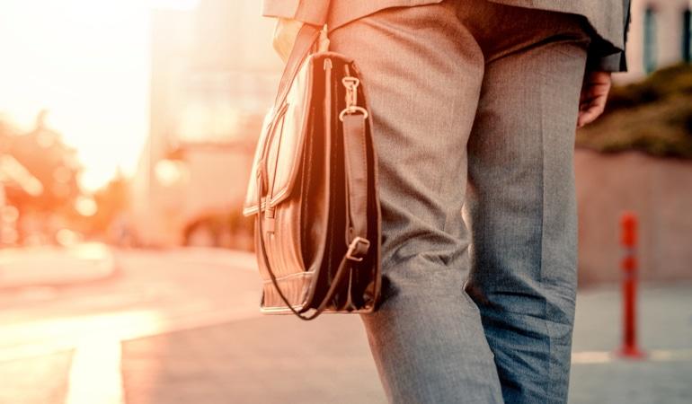 Muž s taškou, v níž je Lioton®
