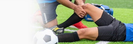 Zraněný fotbalista a lékař s přípravkem Lioton®
